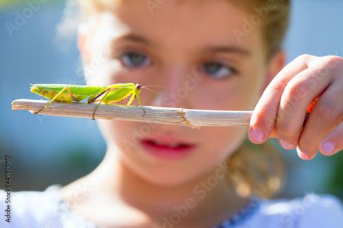 Carta da parati naturalist biologist kid girl looking praying mantis