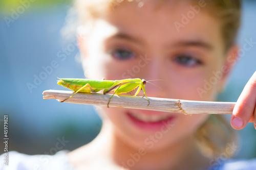 Fotografia naturalist biologist kid girl looking praying mantis
