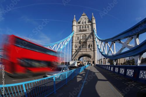 Naklejka na szafę Basztowy most z autobusem w Londynie