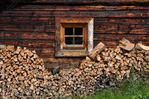 Fototapeta Ściana z oknem drewnianej chaty alpejskiej do pokoju