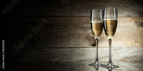 Photo two glass with champagne on a wooden background