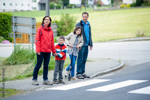Stampa su Tela Family will passing the Crosswalk