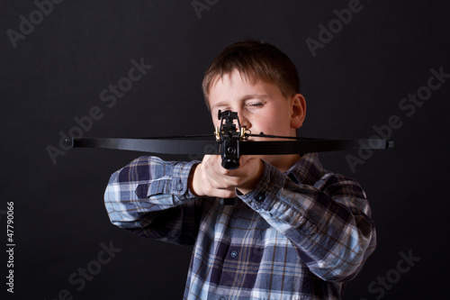 Foto teenager with a crossbow