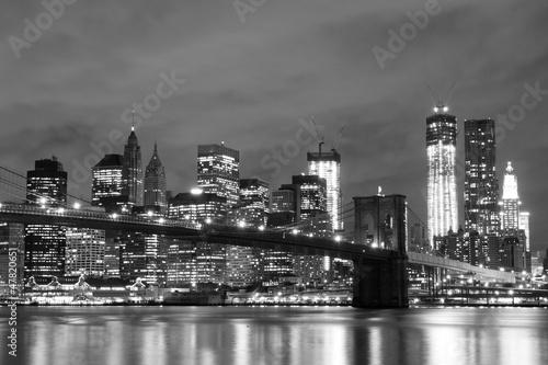 Naklejka na szafę Brooklyn Bridge i Manhattan Skyline w nocy, Nowy Jork