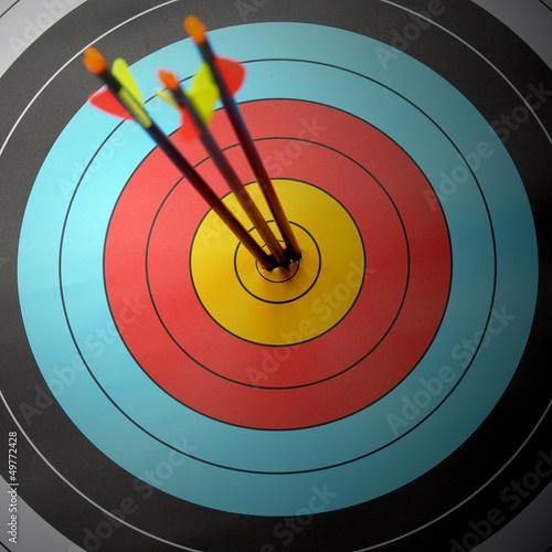 Fotografia Arrow hit goal ring in archery target