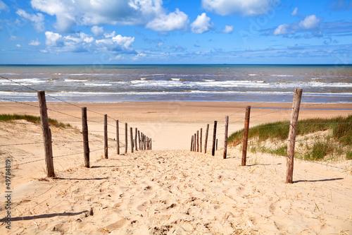 Obraz premium ścieżka do piaszczystej plaży nad Morzem Północnym