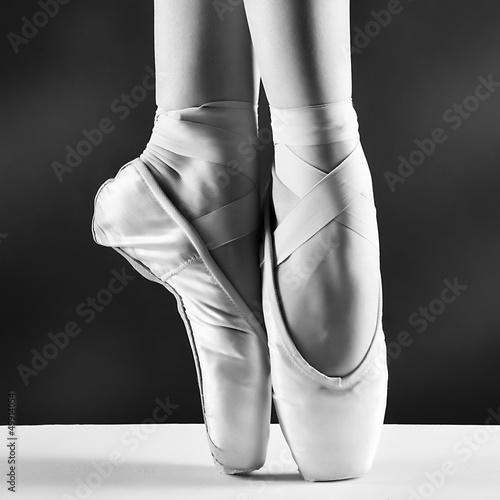 Fotografia A photo of ballerina's pointes on black background