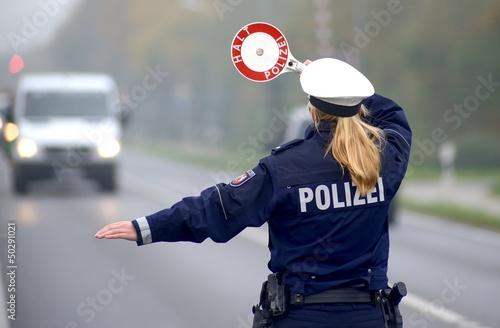 Polizei bei Geschwindigkeitskontrolle