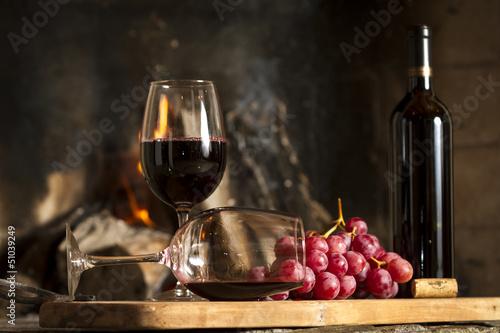 Foto Copas de vino tinto, botella uvas y corcho.