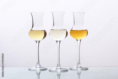 Obraz na płótnie cocktail tre bicchieri con bevanda alcolica grappa
