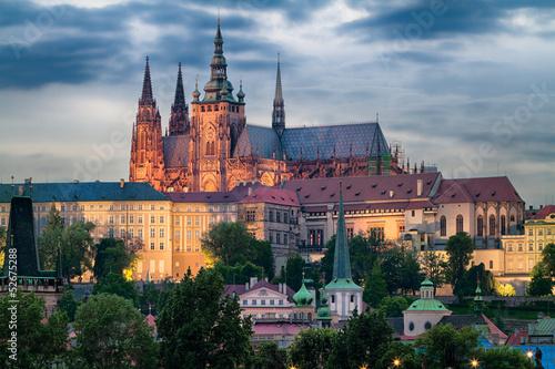 Fototapeta Prager Burg mit Veitsdom am Abend
