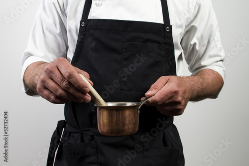 Photo chef holding copper pan