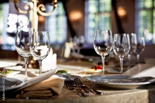 Fotomural Vasos vacíos fijados en restaurante