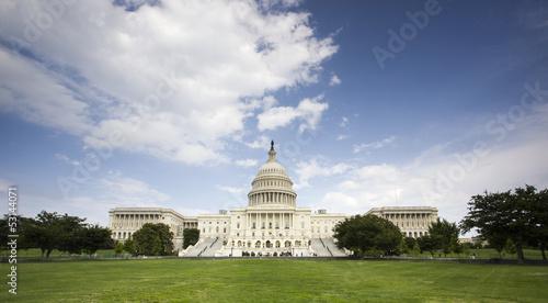 Budynek Kapitolu Stanów Zjednoczonych w Waszyngtonie z Amerykaninem