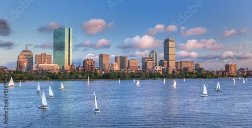 Leinwand Poster Panoramablick auf die Boston Skyline über den Charles River Bas