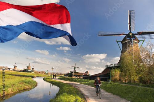 Fototapeta premium Wiatraki z flagą Holandii w Zaanse Schans
