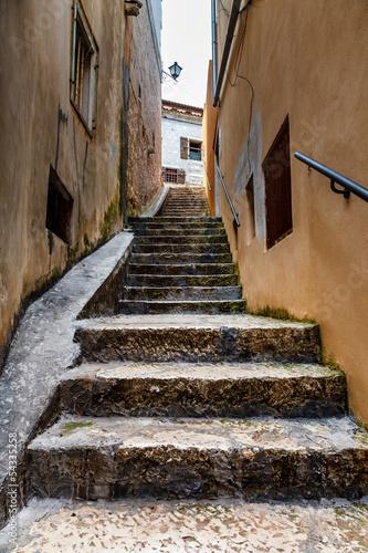 Fototapeta premium Wąska ulica w średniowiecznym mieście Rovinj, Istria, Chorwacja