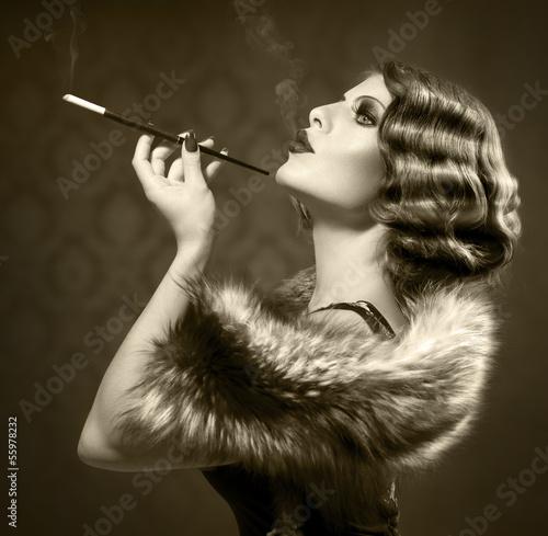 Fototapeta premium Dymić Retro kobiety. Czarno-białe zdjęcie w stylu vintage