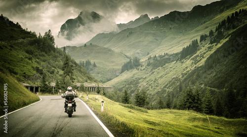 Photo Motorcyclist on mountainous highway