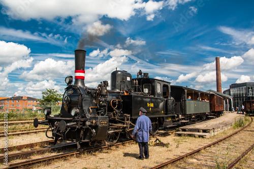 Fototapeta premium Stary pociąg i mechanik