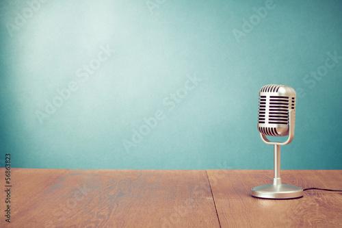 Fotografie, Obraz Retro styl mikrofon na stole v přední stěně akvamarín