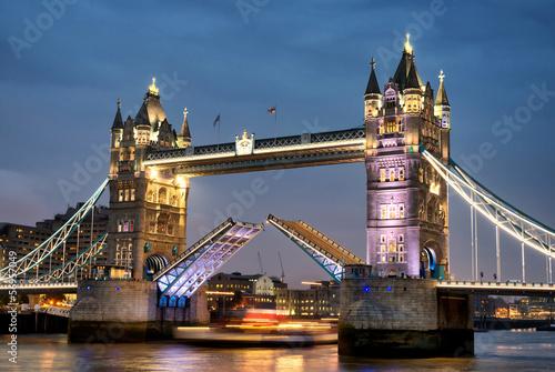 Fototapeta Tower Bridge w Londynie nocą na zamówienie