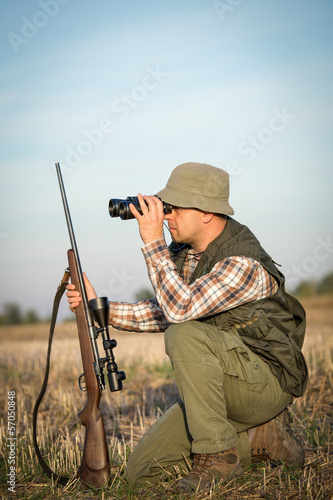Photographie hunter in the hunting shirt and trousers in the hunt