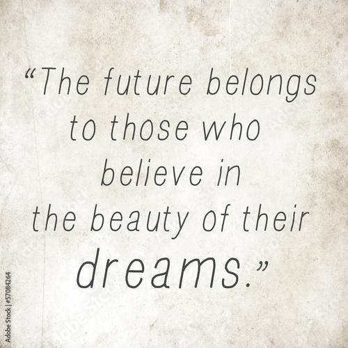 Fototapeta premium Inspirujące słowa Eleanor Roosevelt na starym papierze z powrotem