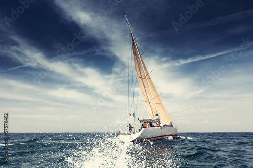 Fototapeta Plachetnice jachty s bílými plachtami