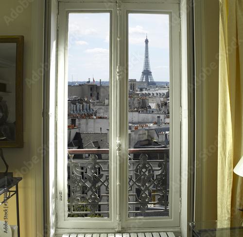 Fototapeta Francja - Paryż - okno z widokiem na wieżę Eiffla i dachy miasta XL