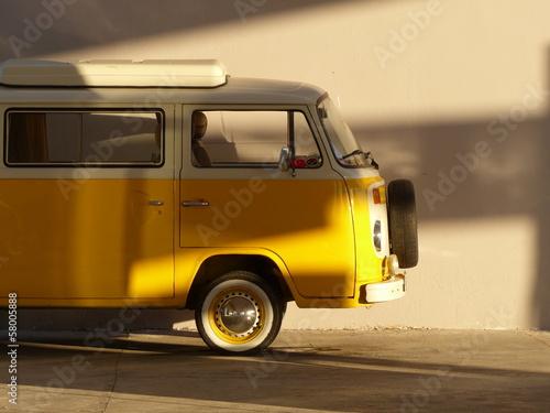 Altes gelbes Wohnmobil der Siebzigerjahre im Sonnenschein an einer Tankstelle am Ägäischen Meer bei Bodrum in der Türkei