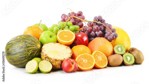 Fototapeta premium Skład z rozmaitością owoc odizolowywać na bielu