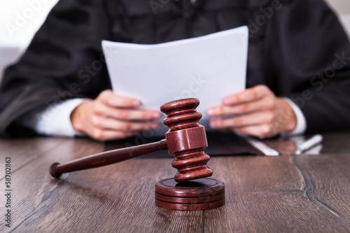 Fotografia Judge Holding Documents