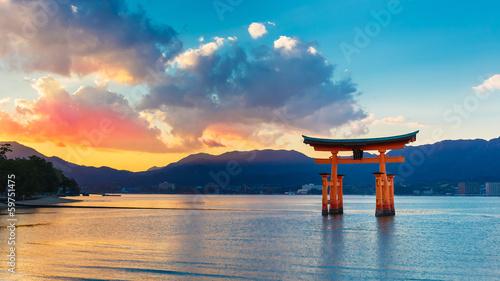 Fototapeta premium Wielka pływająca brama (O-Torii) w Miyajima
