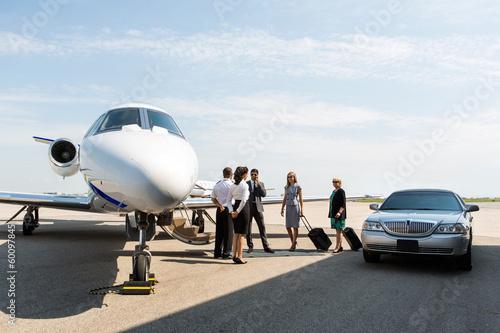 Carta da parati Business People With Pilot And Airhostess At Terminal
