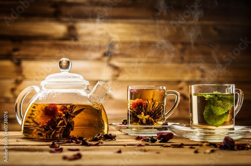 Fotomural Teapot and glass cups with  tea against wooden background