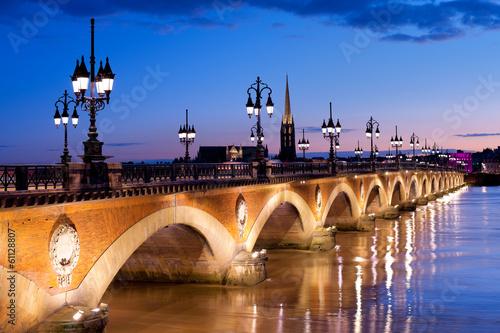 Fototapeta Kamienny most w Bordeaux nocą z widokiem