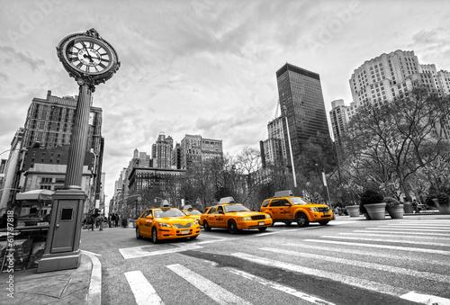 Fototapeta Trzy taksówki w Nowym Jorku czarno-biała z akcentem