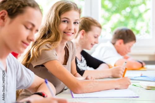Carta da parati Schüler schreiben Klassenarbeit in Schule