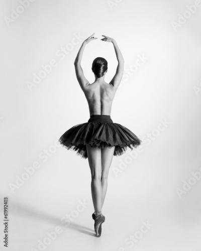Fototapeta premium Czarno-biały ślad topless tancerki baletowej