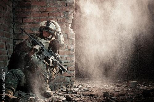 Murais de parede U.S. marine hiding from explosion