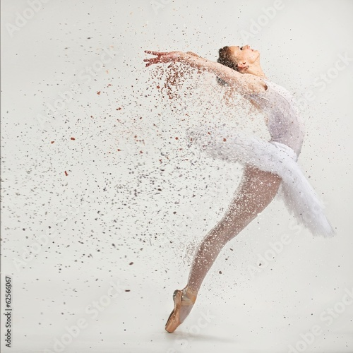 Photo Young ballerina dancer in tutu performing on pointes