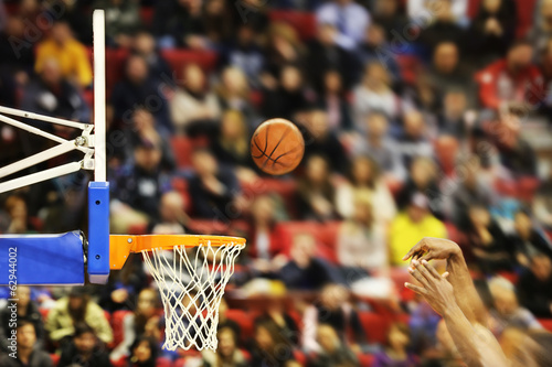 Canvas Print Scoring the winning points at a basketball game