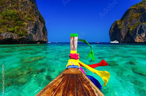 Fotografia Traditional longtail boat in Maya bay on Koh Phi Phi Leh Island,
