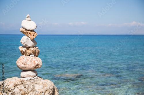 Pyramide aus Stein am Strand - Hintergrund blau