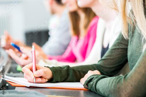 Canvas Print Studenten im Uni Hörsaal schreiben Klausur