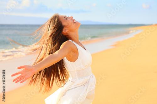 Fotografiet Free happy woman on beach