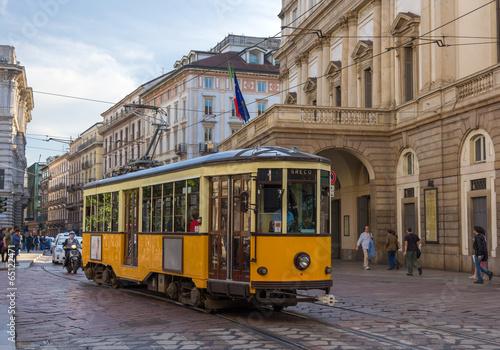 Fototapeta premium Stary tramwaj przejeżdżający obok teatru La Scala w Mediolanie