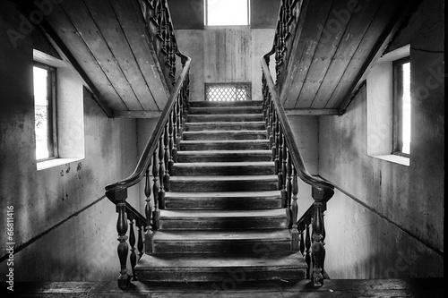 Fototapeta premium Starożytne schody Styl kolonialny w opuszczonym domu
