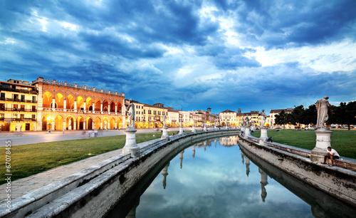 Photo Padova. Prato della Valle. sunset twilight cityscape  view